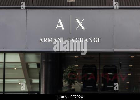 Belgrad, SERBIEN - 19. AUGUST 2018: Armani Exchange Logo auf ihren wichtigsten Store in Belgrad, Serbien. Armani Exchange ist der Store Marke der Mode cre - Stockfoto