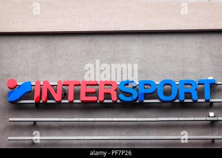 Belgrad, SERBIEN - 19. AUGUST 2018: Intersport Logo auf ihren wichtigsten Store in Belgrad, Serbien. Intersports ist ein Schweizer internationalen Sportartikel Einzelhandel - Stockfoto