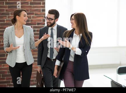 Business Team sprechen stehen im Büro - Stockfoto