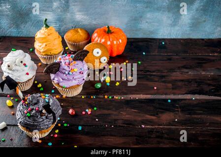 Ist lustig, Kinder behandelt für Halloween: Variationen von Cupcakes, in Form von verschiedenen Monster, Hexen, Kürbisse, Geister dekoriert. Kochen - Stockfoto