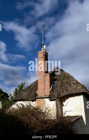 Ein Stroh oder ein Strohdach ist ein Dach aus Stroh oder Schilf, Türkische Wasser Reed. Devon Thatchers, Weizen Reed, Dachsanierung, Trimmen der Traufen, Streuen, - Stockfoto