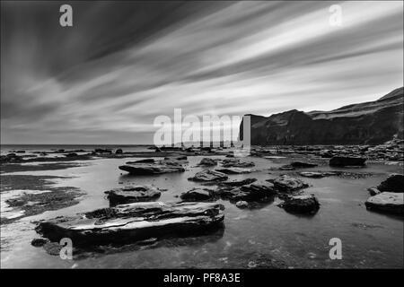 324 zweite Aufnahme Schuß an Deepgrove Wkye in der Nähe von sandsend auf der North Yorkshire Küste. Whitby in der Ferne. - Stockfoto
