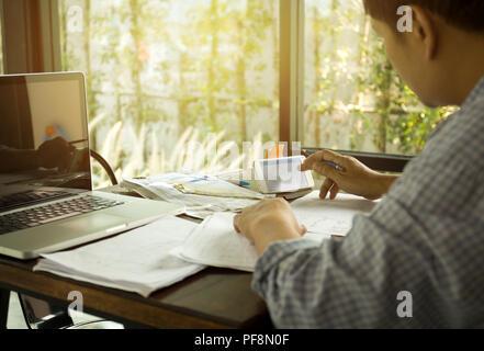 Innenarchitekt Hände beschäftigt mit Handy Berechnung sittin - Stockfoto