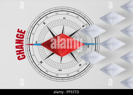Konzept vision Führung und Belegschaft leader Management mit rotem Papier Schiff auf Kompass Nadel nach der roten Wort ändern führenden unter Pape - Stockfoto