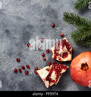 Granatapfel Obst mit Samen auf grauem Hintergrund mit kopieren. Ansicht von oben. - Stockfoto