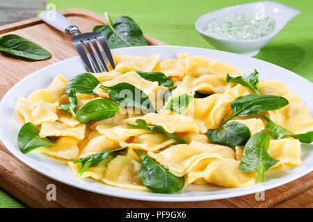 Italienischen Ravioli gefüllt mit Ricotta und Spinat, close-up - Stockfoto