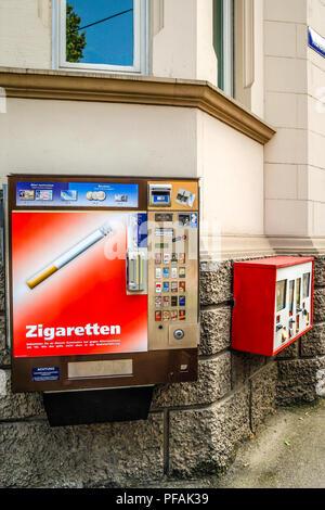 Zigarettenautomat auf einer Straße Ecke in Ulm, Deutschland - Stockfoto