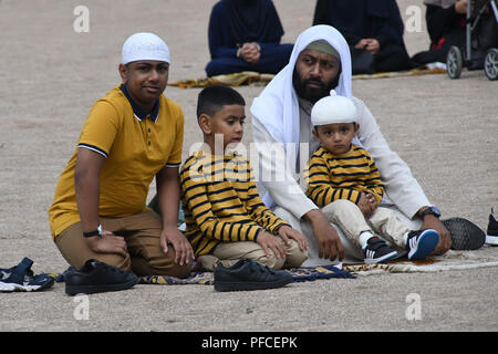 London, Großbritannien. 21 Aug, 2018. Ein paar Hunderte von gewidmet Muslime, Eid al-Adha, hat keine bestimmte Zeitdauer und Feiern, markiert das Fastenbrechen am Ende des Ramadan, in der Islamische Kalender am Barnard Park am 21. August 2018, London, UK. Bild Capital/Alamy leben Nachrichten - Stockfoto