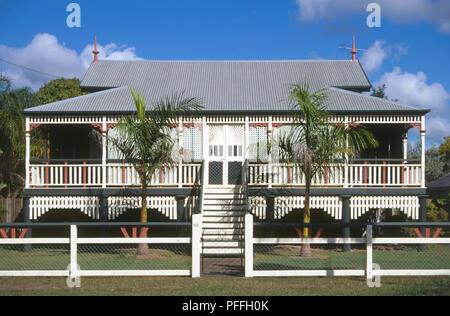 Australien, Queensland, Marlborough, weiß getünchte Fassade Holz Stelzenhaus mit Wellblechdach - Stockfoto