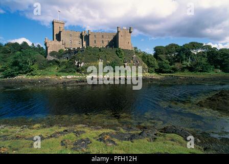 Großbritannien, Schottland, Isle of Skye, Dunvegan Castle, Äußere der Burg aus dem 11. Jahrhundert mit Blick auf den See - Stockfoto