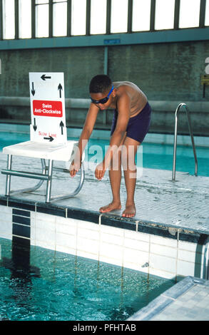 Grossbritannien, England, junge in tauchen Position am Rand des Swimming pool - Stockfoto