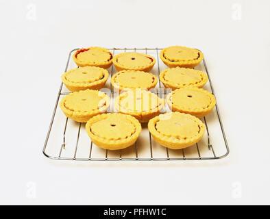 Metall Kühlung Rack mit Mince Pies auf - Stockfoto