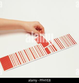 Eine Karte aus einem nach unten gezogen werden - mit Blick auf Deck verteilt in einer Reihe. - Stockfoto