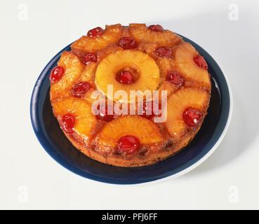 Kuchen mit glasierten Ananas Ringe und glace Kirschen, Erhöhte Ansicht eingerichtet. - Stockfoto
