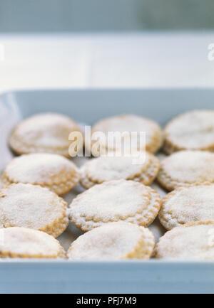 Mince Pies bestäubt mit Puderzucker auf Backblech, close-up - Stockfoto