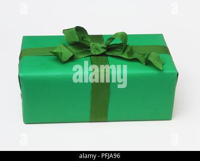 Box verpackt im Grünbuch und Green Ribbon - Stockfoto