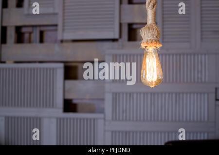 Lampen mit wolframwendel. Edison die Glühbirne. Filament Filament in vintage Lampen. Retro Design von Glühlampen. Vintage hängenden Glühbirne auf Holzuntergrund. Kopieren Sie Platz - Stockfoto