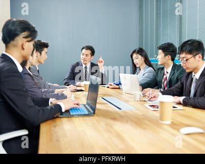 Team der asiatischen corporate business Leute, Männer und Frauen treffen im Büro. - Stockfoto