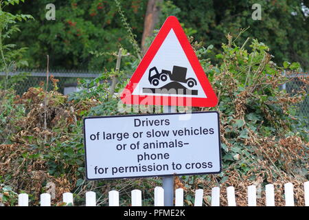 Ein Schild an einem Bahnübergang die Triebfahrzeugführer von langsamen und anormale laden Fahrzeuge Telefon das Signal, um die Erlaubnis zu überqueren. - Stockfoto