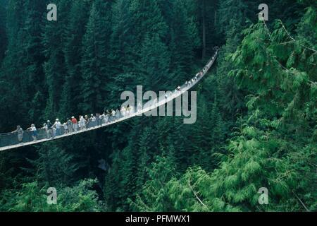 Kanada, British Columbia, Vancouver, Touristen auf der Capilano Suspension Bridge crossing bewaldeten Schlucht - Stockfoto