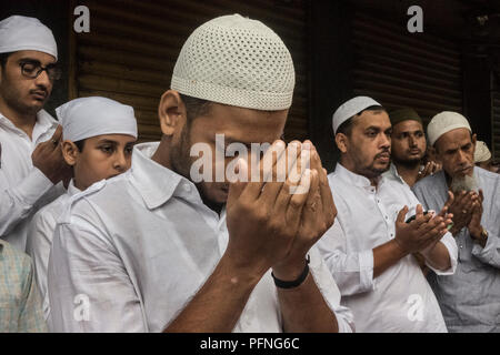 Kolkata. 22 Aug, 2018. Indische muslimischen Gläubigen bieten, ebenso wie das Eid al-Adha, hat keine bestimmte Gebete bei Nakhoda Moschee in Kolkata, Indien am 22.08.2018. Credit: tumpa Mondal/Xinhua/Alamy leben Nachrichten - Stockfoto
