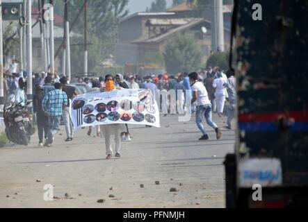 August 22, 2018 - Srinagar, J&K, - ein demonstrant gesehen halten ein Banner bei den Auseinandersetzungen. Das Festival der Eid al-Adha, hat keine bestimmte Zeitdauer und war mit religiösem Eifer in Jammu und Kaschmir gefeiert. Muslime aus allen Lebensbereichen ein beeline für Eidgahs (Gebet) und Moscheen Eid Gebete zu bieten. Auseinandersetzungen ausgebrochen zwischen Kaschmirischen Demonstranten und den Sicherheitskräften in einigen Teilen der Kaschmir-tal unmittelbar nach dem Eid Gebete endete, die gegen die Inder Regel protestierten. Credit: Saqib Majeed/SOPA Images/ZUMA Draht/Alamy leben Nachrichten - Stockfoto