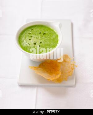 Erbsensuppe serviert mit Parmesan Chips - Stockfoto