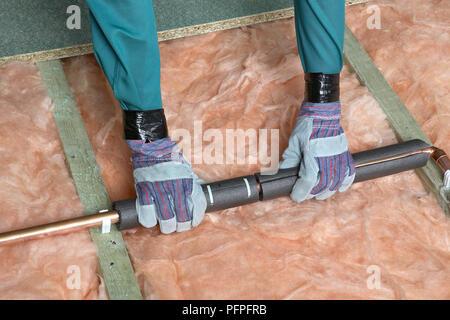 Die Isolierung über Kupfer Rohr, über Balken und Wärmeschutz - Stockfoto