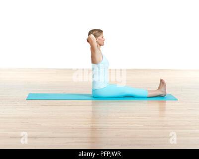 Frau üben Wirbelsäule verdrehen Pilates mat Übung, Seitenansicht - Stockfoto