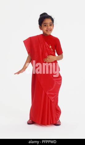 Mädchen in einem roten Sari - Stockfoto