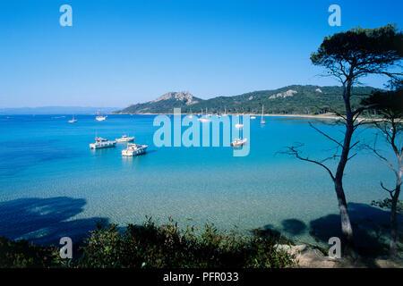 Frankreich, Var, Iles d'Hyeres, Boote in der ruhigen Bucht - Stockfoto