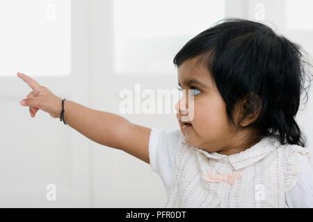 Ein Jahr alten Baby Mädchen zeigen - Stockfoto