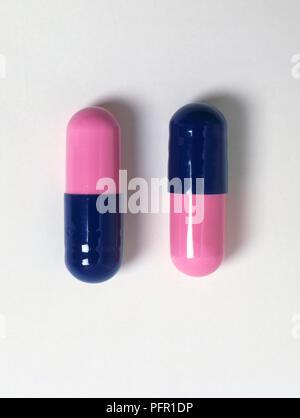 Zwei blaue und rosa Amoxicillin Kapseln Stockfoto