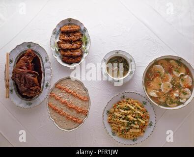 Chinesische geräucherten Fisch und Gerichte vom Schwein mit Fu-Yung Eier serviert auf Tischdecke - Stockfoto