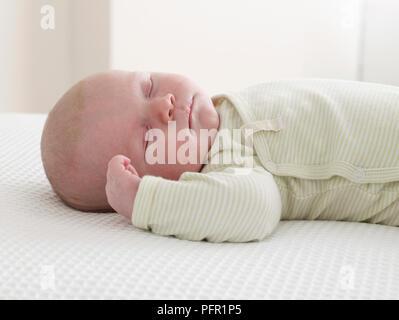 Baby Boy (6 Wochen) auf dem Rücken liegend, die Augen geschlossen - Stockfoto