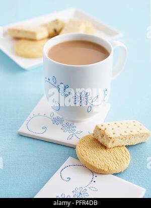 Tasse milchigen Kaffee, Butter Kekse und Plätzchen, Dot-Cup und Achterbahn eingerichtet - Stockfoto