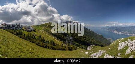 Panorama über den Gardasee vom Gipfel des Monte Baldo. - Stockfoto