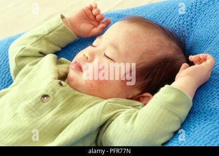 Ein Jahr alten Baby schlafend auf blaue Decke - Stockfoto