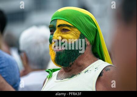 Rio de Janeiro - Dezember 4, 2016: Ein Brasilien Demonstrant, sein Gesicht mit den nationalen Farben bemalt, Teil nimmt an einer Demonstration gegen Korruption - Stockfoto