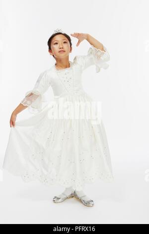Junge Mädchen in Weiß gekleidet, wie Aschenputtel prinzessin kleid Ballkleid - Stockfoto