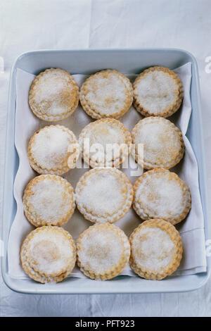 Zucker - erstklassige Torten mit weißem Geschirrtuch mince in Schüssel - Stockfoto