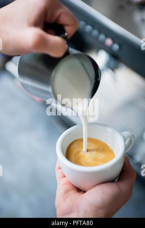 Gießen Herz latte Art - Stockfoto