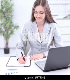 Frau Assistant einen Datensatz auf einem Blatt Papier.