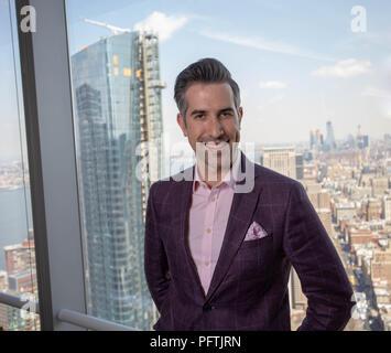 Kaukasische New York City Mann arbeitet in seinem Büro beim Tragen eines Lila Anzug - Stockfoto