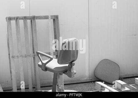 Abgebrochene Bürostuhl auf der Straße (Pesaro, Italien, Europa) - Stockfoto