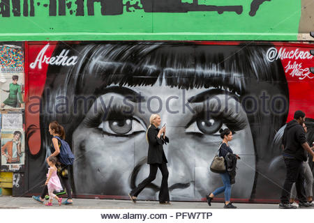 Londoners Spaziergang, vorbei an einem neuen Wandbild in Shoreditch (nach Künstler Jules Muck) der Seele Königin Aretha Franklin, die ein paar Tage zuvor gestorben, am 20. August 2018 in London, England. - Stockfoto