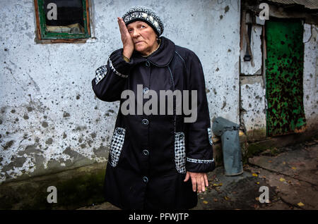 Ziviler Luhanske, östlichen Teil der Ukraine, vor Ihrem Haus, die von shellfire aus pro geschlagen wurde - Russische Separatisten Positionen im aktuellen Konflikt. - Stockfoto