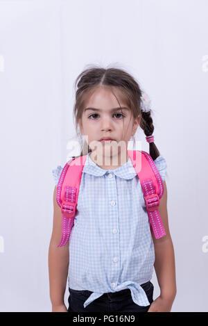 Portrait von niedlichen unglückliche Mädchen in Schuluniform nicht in die Schule zu gehen. Kopieren Sie Raum für die Bearbeitung. - Stockfoto