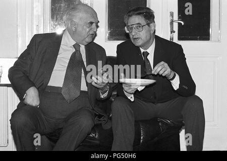 """Lord George Weidenfeld (links) und George Soros auf einer Sitzung des IWM (Institut für die Wissenschaft vom Menschen"""", Deutsch: Institut für die Wissenschaften vom Menschen in Wien. Weidenfeld war ein Journalist und Berater der israelischen Regierung. Soros erschien besonders als Investor. - Stockfoto"""