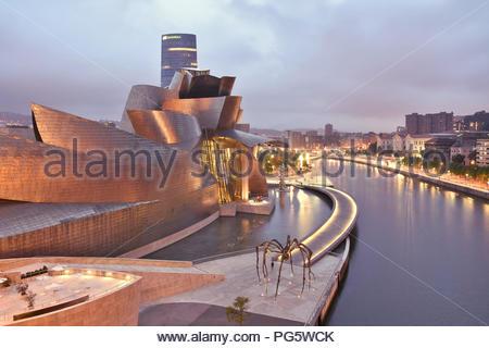 Guggenheim Museum für Moderne und Zeitgenössische Kunst außen beleuchtet in der Abenddämmerung. Von Frank Gehry in Bilbao nördlichen Spanien Europa ausgelegt. - Stockfoto